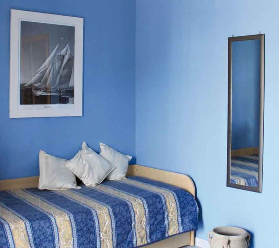 cala-azzurra-bungalow-n-innen-bett